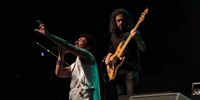 El artista Momo interpreta un tema de la banda británica Queen