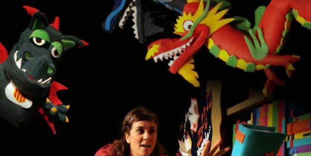 Fotografíadel espectáculo, actriz envuelta de títeres de dragones