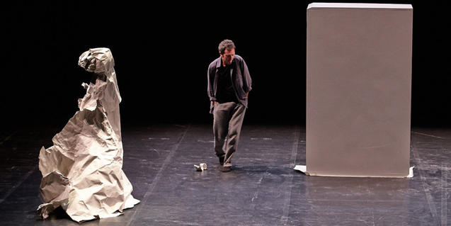 El ballarí i coreògraf Toni Mira, en escena, ballant al voltant del monòlit