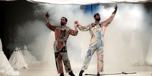 Els dos integrants de la companyia vestits amb roba de treball blanca tacada de pintura