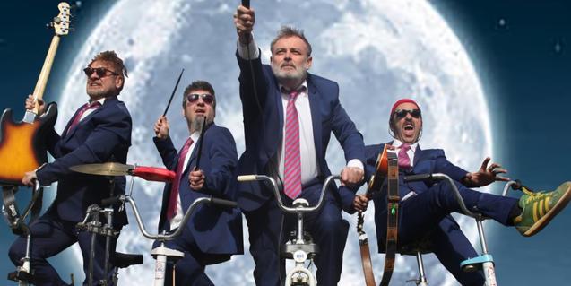 Los miembros de la banda retratados mientras montan en bicicleta