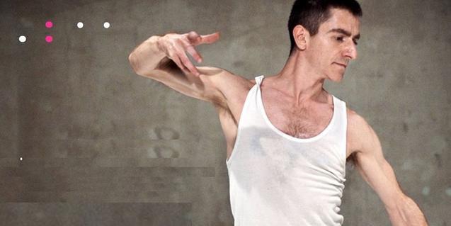 Retrato del coreógrafo y bailarín bailando en camiseta de tirantes