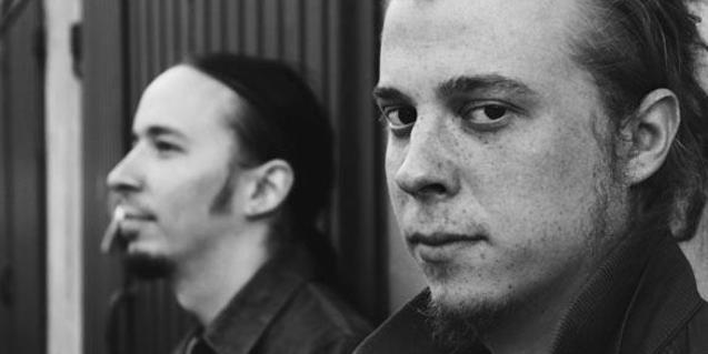 Retrato en blanco y negro y de primer plano de los dos integrantes de este proyecto musical