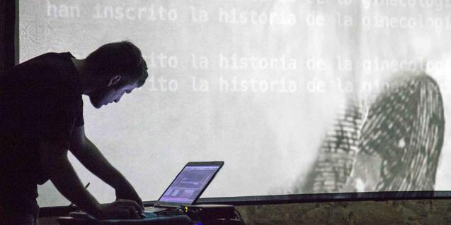 Un artista controla unes projeccions amb el seu portàtil durant l'edició de l'any passat