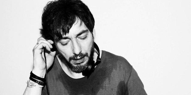 El productor i DJ escoltant uns auriculars mentre punxa la seva música