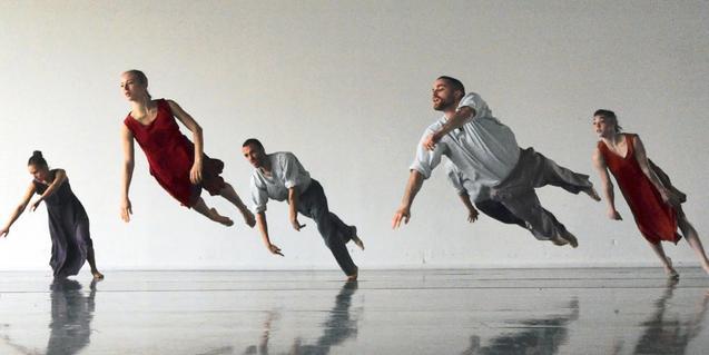 Cinco ballarines suspendidos en el aire en pleno salto
