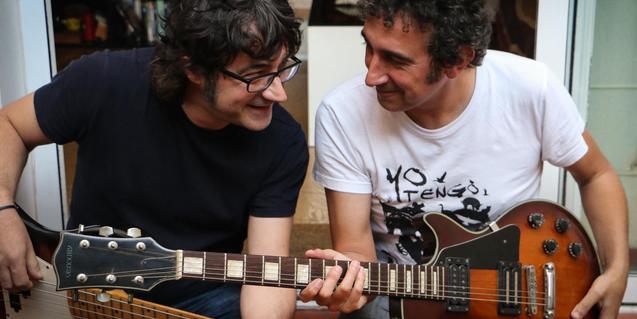 Los dos intérpretes retratados con sus guitarras