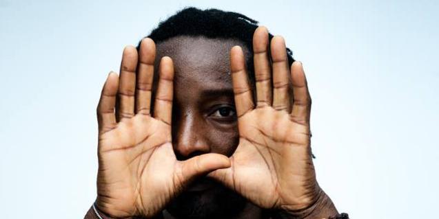 Una imatge del músic tapant-se la meitat de la cara amb les mans