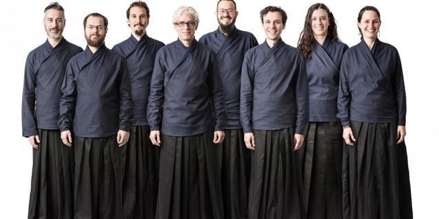Retrato de los integrantes de la formación vestidos con túnicas budistas