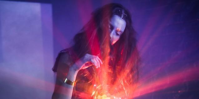La artista Laura Llopart fotografiada con una luz de colores en la mano