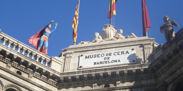 Fachada del museo de cera con la figura de Superman y C3PO