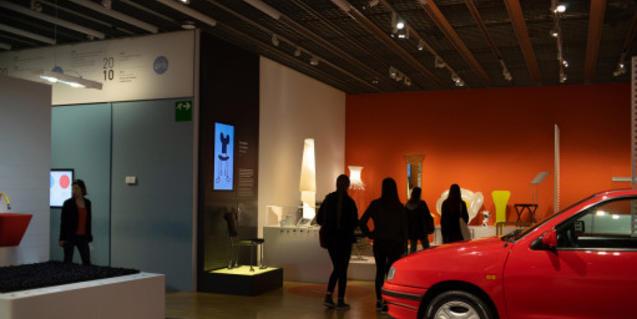 Persones visitant una exposició al Museu del Disseny