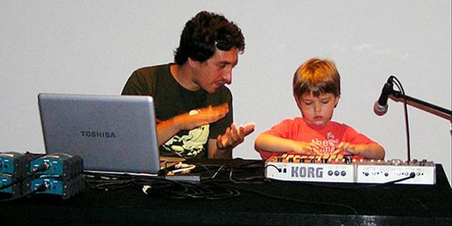 Fotografia de nen fent el taller amb el Marc Pitrach
