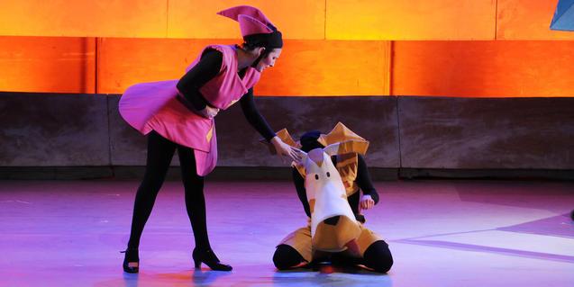 Fotografía del espectáculo (dos de los animales en el escenario)