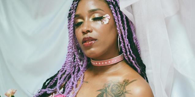 Retrato de la artista con extensiones en el cabello y un maquillaje de fantasía