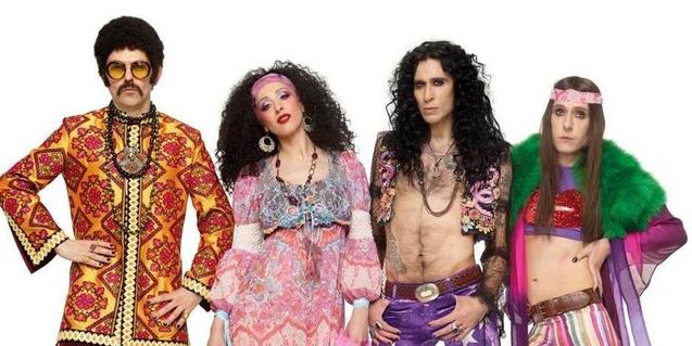 Los cuatro componentes de la banda disfrazados con vestidos de los años 60