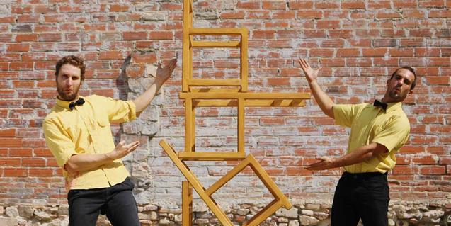 Els dos actors apilant cadires