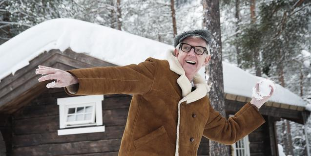 Una imatge nadalenca del músic britànic llançant una bola de neu