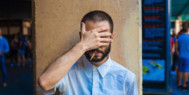 Retrato del músico Ignacio Valbuena tapandose la cara con una mano