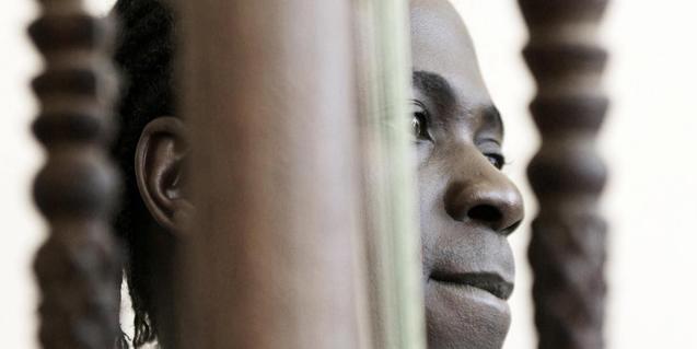 Retrato del músico africano con uno de los instrumentos musicales que toca en sus actuaciones