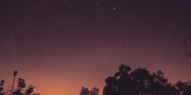 Fotografía nocturna del cielo estrellado