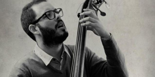 Martín Leiton playing the double bass.
