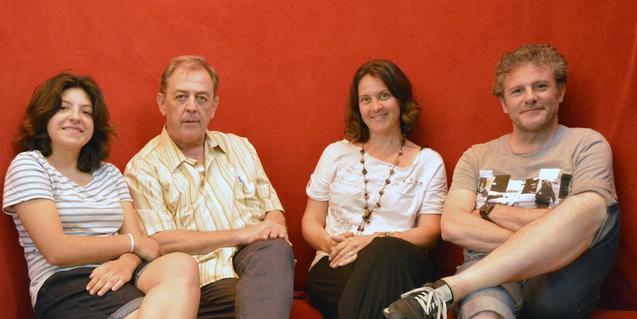 L'equip que ha posat el text en escena retratat assegut en un sofà de color vermell