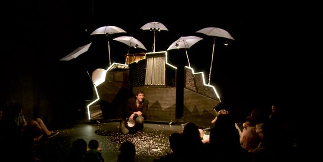 Escena de l'espectacle, actor parlant al públic.