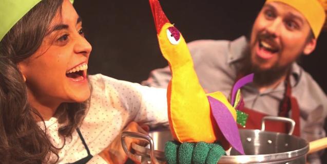 Fotografía del espectáculo, los dos actores en el escenario con una olla y un pollo