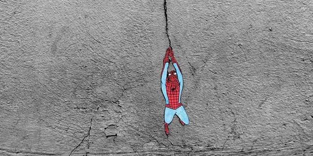 Un dels grafiti d'aquest artista francès que aprofita una esquerda per suspendre-hi la imatge d'Spiderman