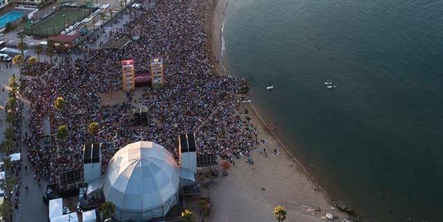 Imagen aérea de la playa de Barcelona durante el concierto de la OBC del pasado año