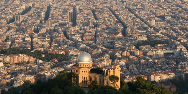 Imatge de l'Observatori Fabra vist des del Tibidabo, amb Barcelona al seu peu