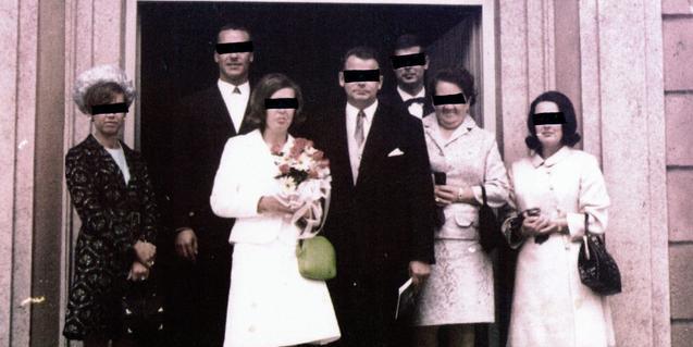 Un antic retrat de noces amb els ulls dels participants tapats amb una banda negra