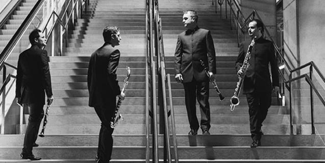 Los integrantes del cuarteto, retratados en una escalera