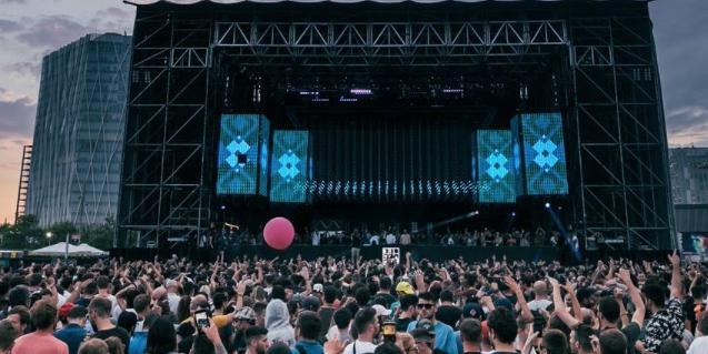 Imatge d'un gran escenari muntat al Fòrum davant un públic format per milers de persones