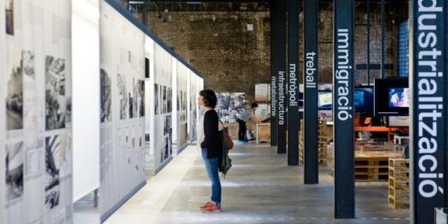 Una dona visita una exposició dins l'espai patrimonial Oliva Artés