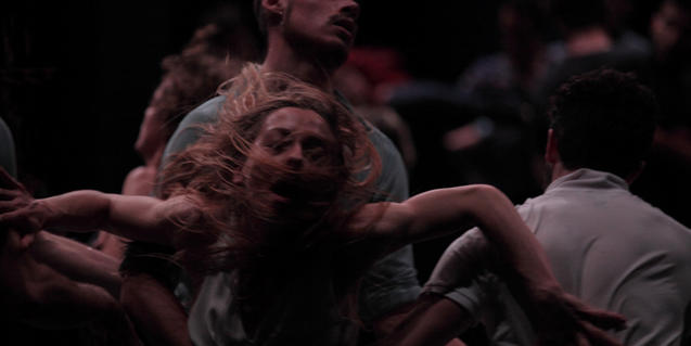 Un grup de ballarins en plena interpretació de la coreografia
