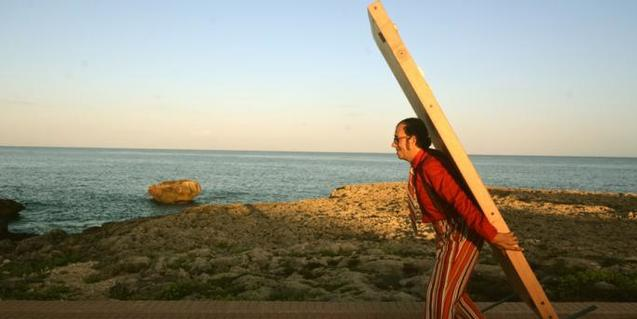 Fotografia de Pere Hosta (l'actor) carregant una porta a l'esquena.