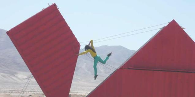 La coreógrafa y artista visual Satchie Noro baila entre dos estructuras gigantes