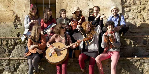 Retrato de grupo de los integrantes de la banda con sus instrumentos