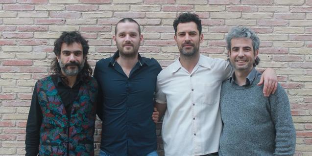 Els quatre integrants de la formació retratats davant d'una paret de maó vist
