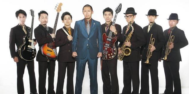 Los integrantes de esta banda de funk japonesa con trajes elegantes y sombreros