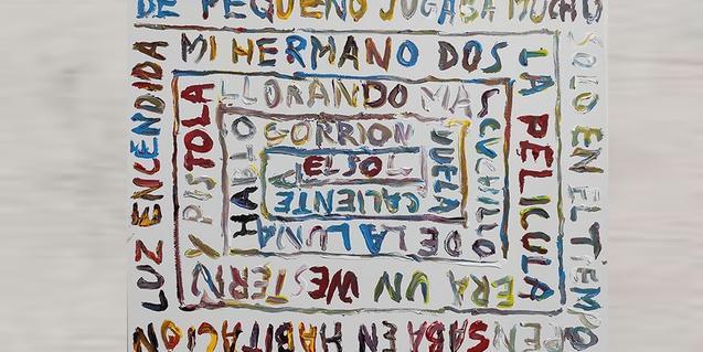 Una de les obres de l'artista mostra un text que es va cargolant al voltant d'un eix central