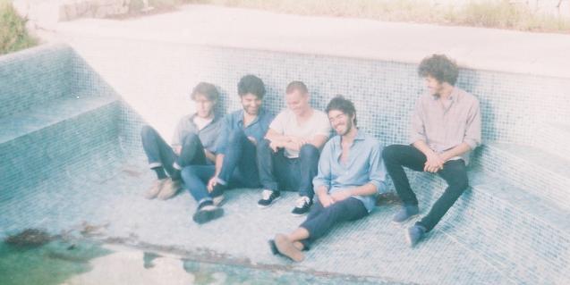 Retrato de los miembros de la banda dentro de una piscina vacía