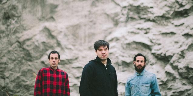 Els tres integrants d'aquest projecte musical del Garraf retratats davant d'una paret de roca viva