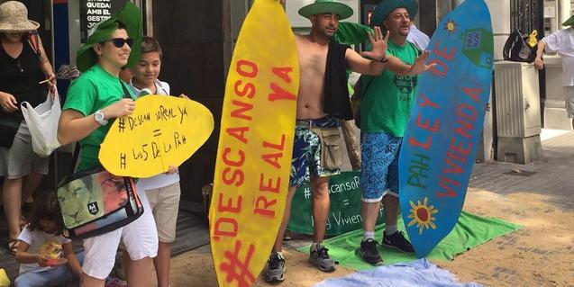 Una imatge d'una de les accions d'un grup d'afectats per la hipoteca disfressats com si fossin a la platja