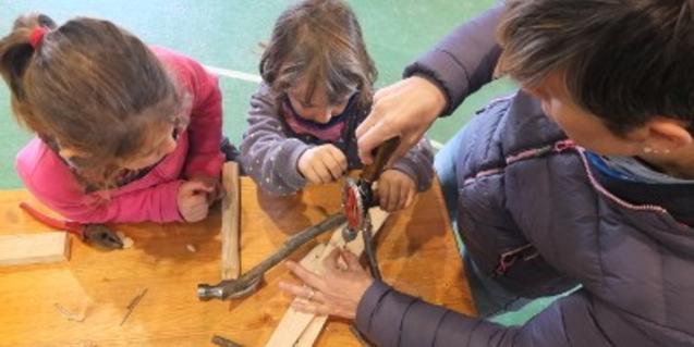 Niños participando en el taller