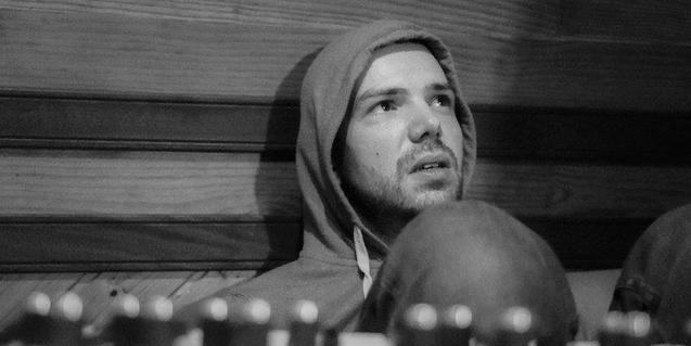 Un retrato en blanco y negro de Yuri Méndez, más conocido como Pajaro Sunrise