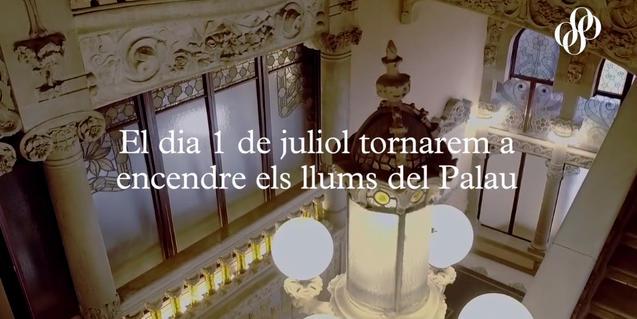 """Imatge de l'interior de l'edifici modernista amb el lema """"Tornarem a encendre els llums del Palau"""""""