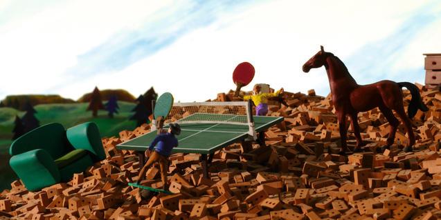 Fotograma de la pel·lícula, partit de ping pong i cavall